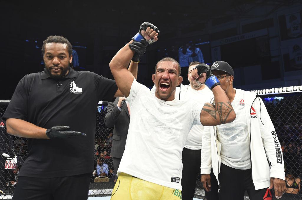 Como é bom ver um brasileiro estreando no UFC mostrando versatilidade e  capacidade de mudar a estratégia tática de uma luta. Foi o que fez Raoni  Barcelos em ... bab8a276abda4