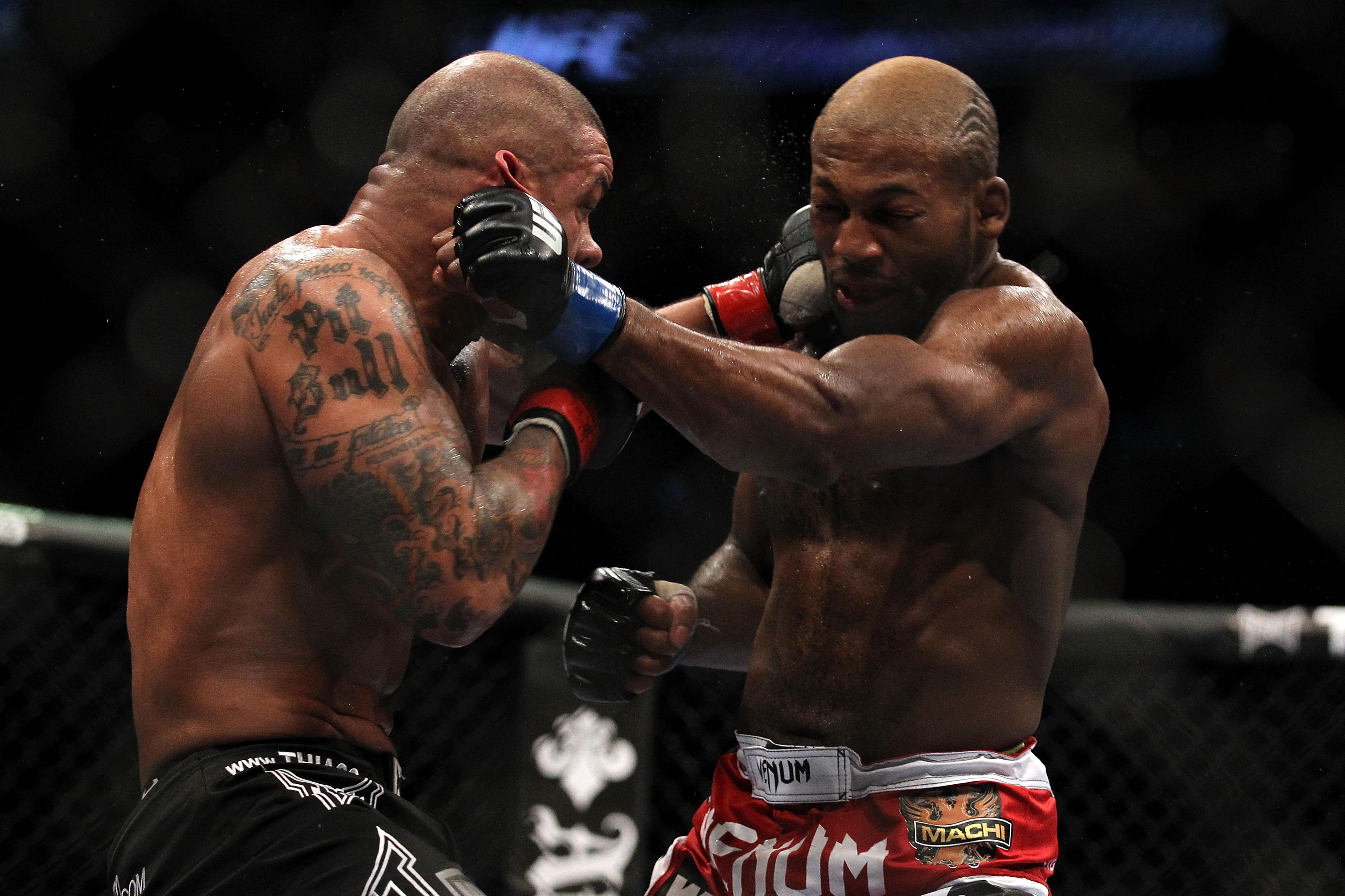 John Howard trades blows with Thiago Alves at UFC 124
