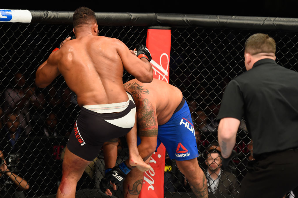 LAS VEGAS, NV - MARCH 04: Alistair Overeem of the Netherlands (black trunks) knees Mark Hunt of New Zealand in their heavyweight bout during the UFC 209 event at T-Mobile Arena on March 4, 2017 in Las Vegas, Nevada.  (Photo by Josh Hedges/Zuffa LLC)