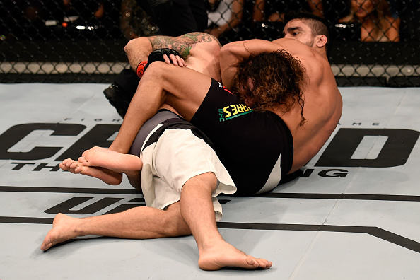 Thiago Tavares submits Clay Guida during their meeting in Sao Paulo in 2015