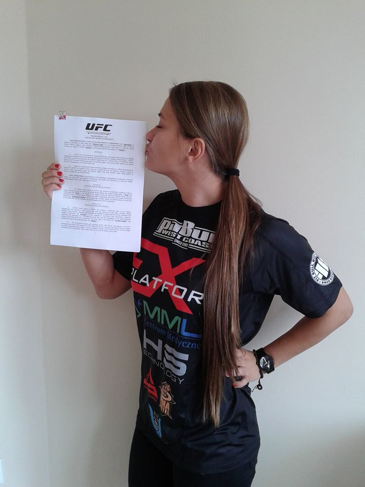 UFC strawweight Karolina Kowalkiewicz kissing her newly-signed UFC contract. (Courtesy of Karolina Kowalkiewicz)