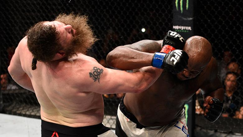 JULY 07: (R-L) Derrick Lewis connects with a right hand against Roy Nelson in their heavyweight bout during the UFC Fight Night event inside the MGM Grand Garden Arena on July 7, 2016 in Las Vegas, Nevada. (Photo by Jeff Bottari/Zuffa LLC/Zuffa LLC via Ge