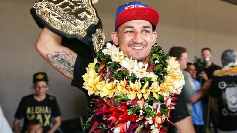 Max Holloway foi recebido com muita festa no retorno a sua terra natal. O agora campeão linear dos penas desembarcou no Havaí nesta segunda-feira e foi surpreendido no aeroporto por uma multidão de fãs a sua espera. O lutador distribuiu autógrafos, fotos