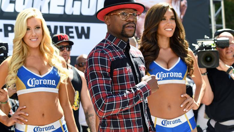 LAS VEGAS, NV - AUGUST 22:  Boxer Floyd Mayweather Jr. arrives at Toshiba Plaza on August 22, 2017 in Las Vegas, Nevada. Mayweather will fight UFC lightweight champion Conor McGregor in a super welterweight boxing match at T-Mobile Arena on August 26 in L