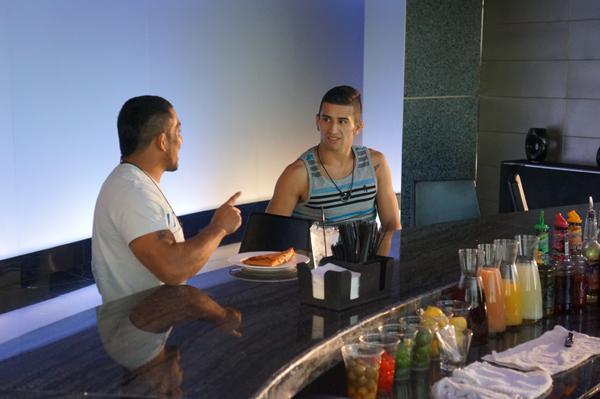 Fredy Serrano y Rolo Torres platican en la suite