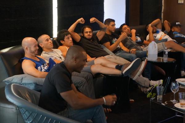 Los chicos disfrutando de las peleas de UFC Fight Night Albuquerque