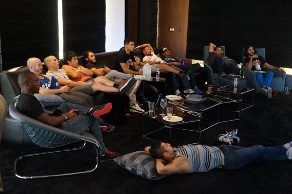 Todos los chicos relajados y disfrutando un poco de TV.