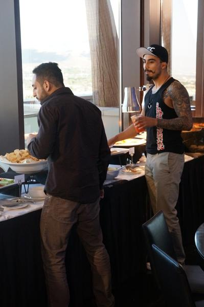 Fito Rubio y Teco estuvieron cerca de la barra de comida ¡mucho tiempo!