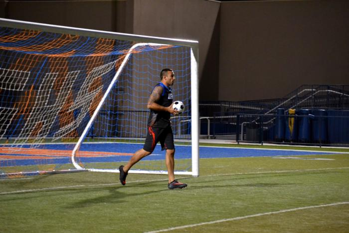 Como buen brasileño Fabricio Werdum se siente confiado con un balón de fútbol