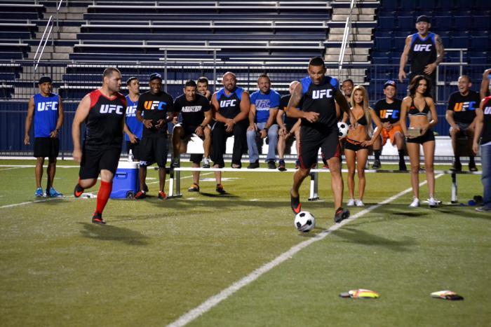 Fabrico Werdum corre con el balón en sus pies mientras es seguido por Cain Velásquez