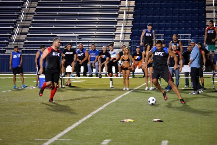 Los dos equipos ven cómo sus entrenadores se divierten y juegan buscando ganar un bono extra para cada integrante.