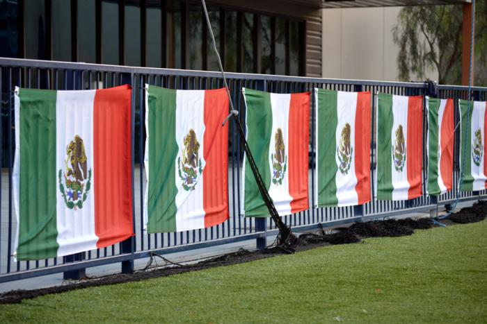 Las banderas del Team Velásquez en la cancha