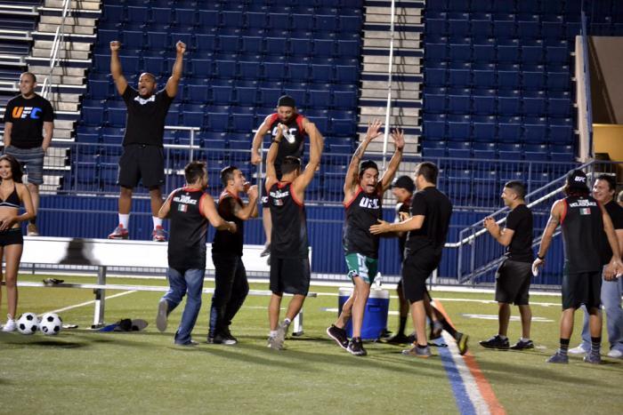 El Team Velásquez celebra eufóricamente uno de los goles de su entrenador Cain