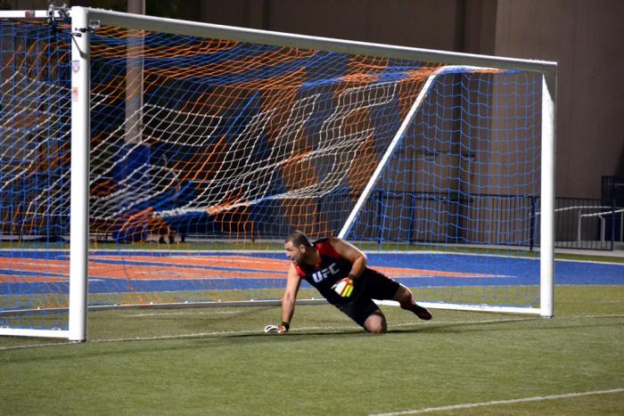 Cain Velásquez ve pasar el balón que disparó Werdum