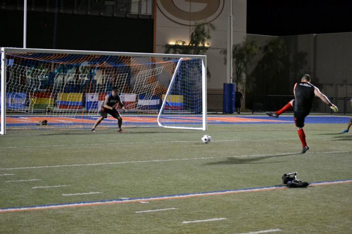 CAin Velásquez dispara mientras Fabricio espera atajar el balón