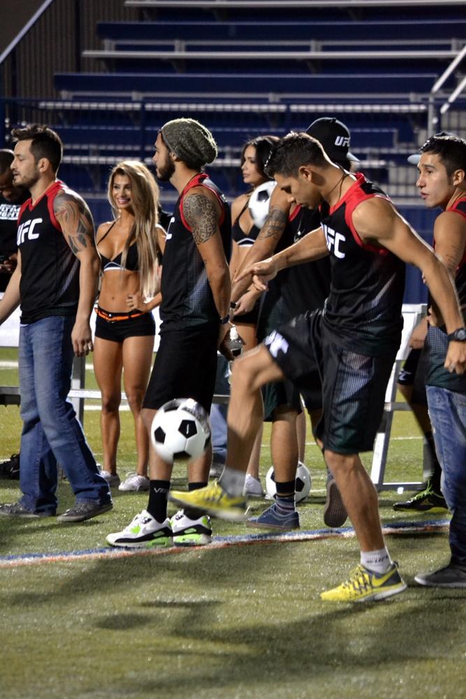 Yair Rodríguez domina el balón en la banca