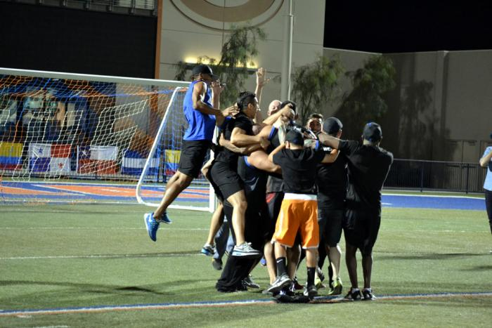 Leonardo Morales salta sobre el Team Werdum que celebra feliz la victoria