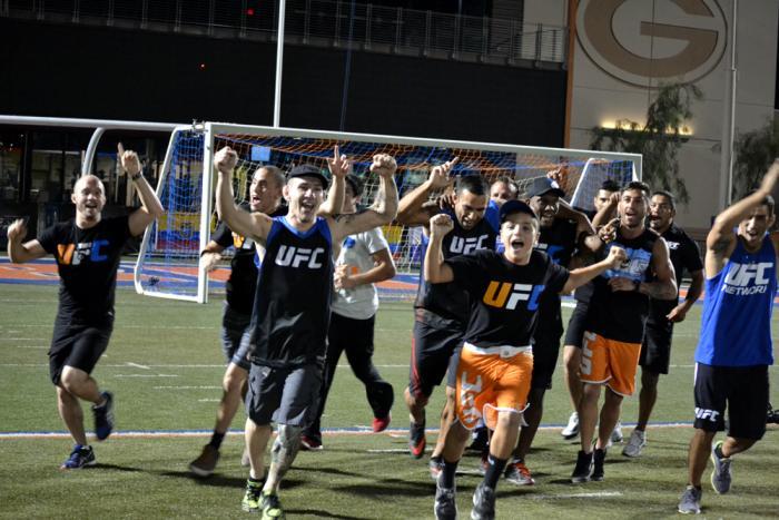 """El Team Werdum corre dando la """"vuelta"""" de victoria tras vencer al Team Velásquez"""