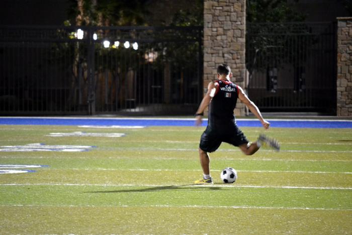 Yair Rodríguez patea el balón aprovechando los minutos fuera de la casa