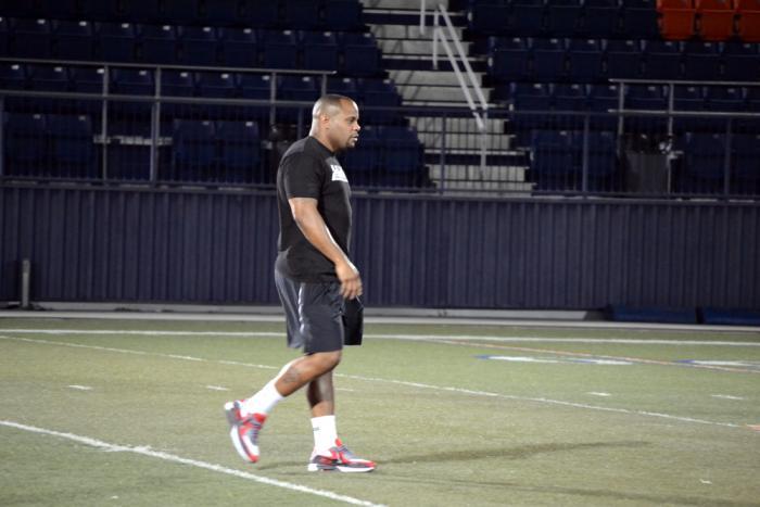 Daniel Cormier camina sobre el campo luego del resultado