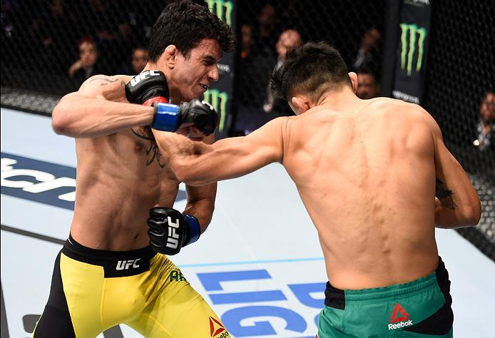 MEXICO CITY, MEXICO - NOVEMBER 05:  (R-L) Erik Perez of Mexico punches Felipe Arantes of Brazil in their bantamweight bout during the UFC Fight Night event at Arena Ciudad de Mexico on November 5, 2016 in Mexico City, Mexico. (Photo by Jeff Bottari/Zuffa
