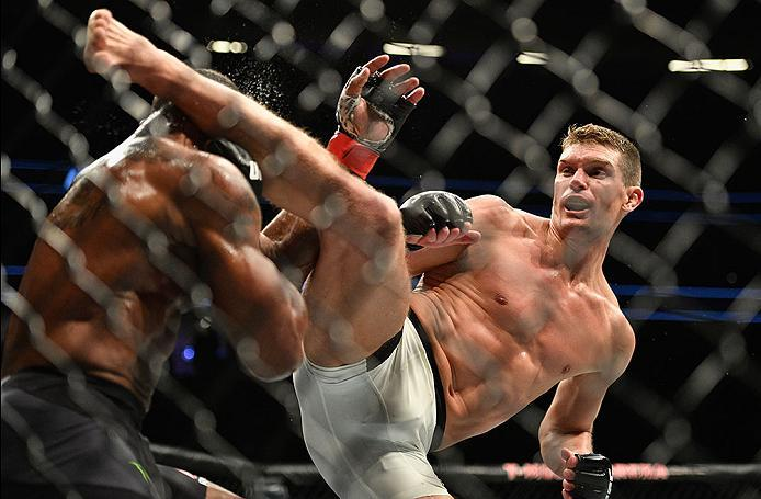 LAS VEGAS, NV - MARCH 04: (R-L) Stephen Thompson kicks Tyron Woodley in their UFC welterweight championship bout during the UFC 209 event at T-Mobile Arena on March 4, 2017 in Las Vegas, Nevada.  (Photo by Jeff Bottari/Zuffa LLC/Zuffa LLC via Getty Images