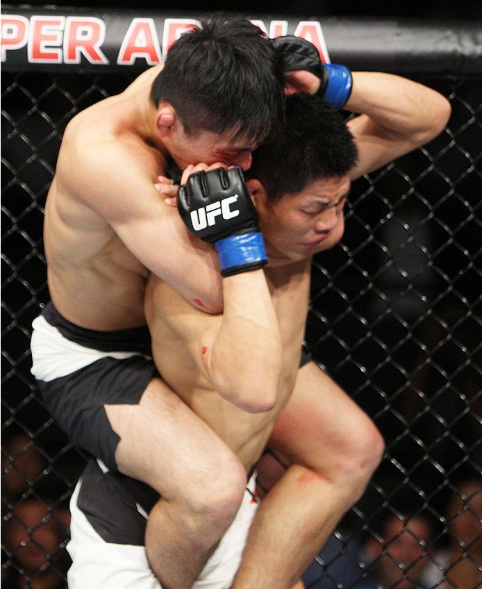 SAITAMA, JAPAN - SEPTEMBER 27: Keita Nakamura of Japan locks in a a rear naked choke on Li Jingliang of China in their welterweight bout during the UFC event at the Saitama Super Arena on September 27, 2015 in Saitama, Japan. (Photo by Mitch Viquez/Zuffa