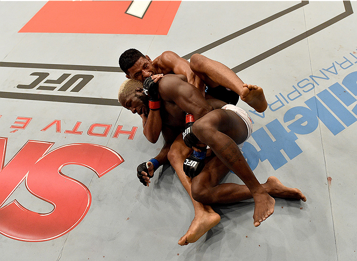 UBERLANDIA, BRAZIL - NOVEMBER 08:  Dhiego Lima of Brazil attempts to submit Jorge de Oliveira of Brazil in their welterweight bout during the UFC Fight Night at Sabiazinho Gymnasium on November 8, 2014 in Uberlandia, Brazil.  (Photo by Buda Mendes/Zuffa L