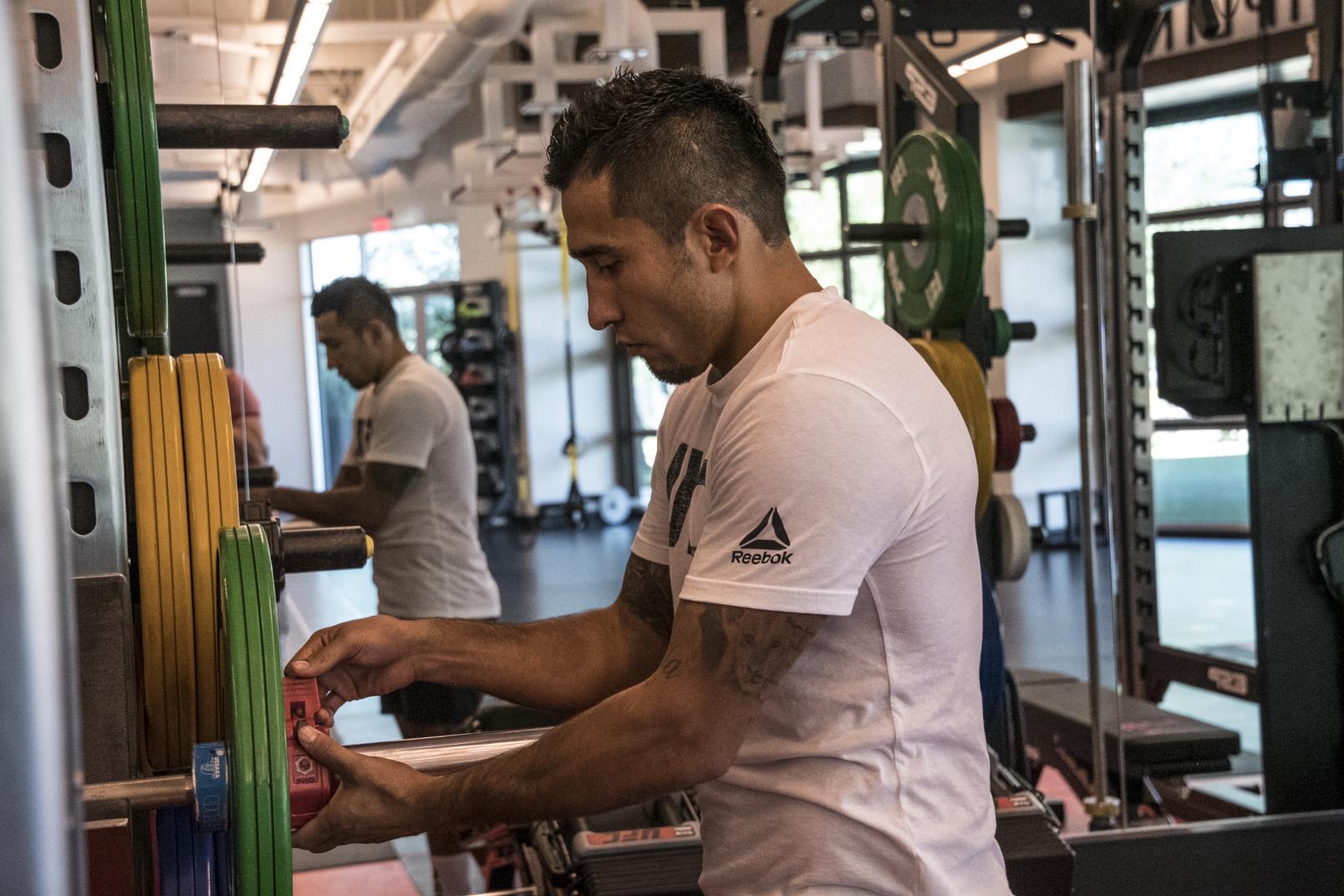 Alejandro Perez entrenando en el UFC Performance Institute