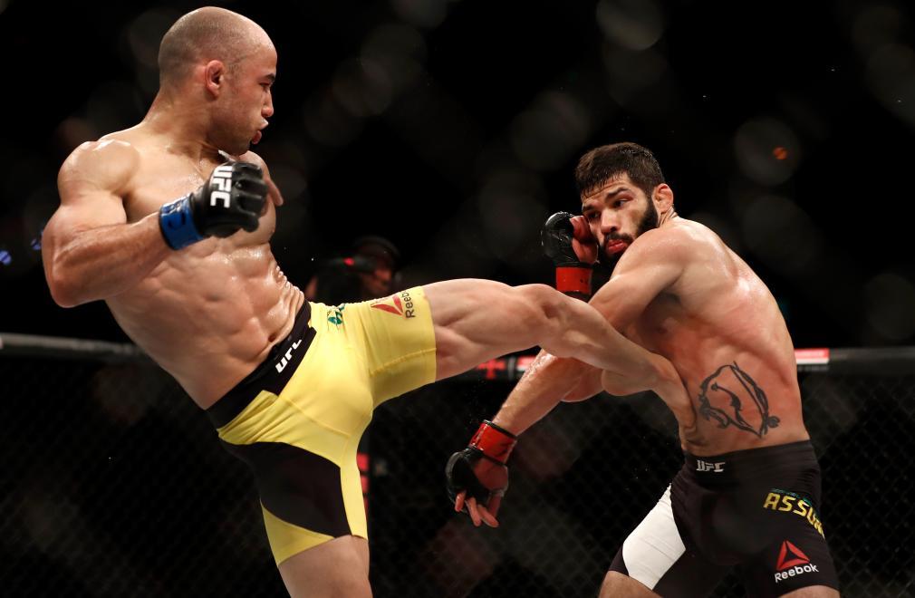 RIO DE JANEIRO, BRAZIL - JUNE 03: (L-R) Marlon Moraes kicks Raphael Assuncao of Brazil in their bantamweight bout during the UFC 212 event at Jeunesse Arena on June 3, 2017 in Rio de Janeiro, Brazil. (Photo by Buda Mendes/Zuffa LLC/Zuffa LLC via Getty Images)