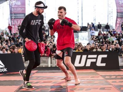 Stipe Miocic participa do treino aberto do UFC 198, nesta quarta-feira, no Estádio do Atlético Paranaense, em Curitiba.